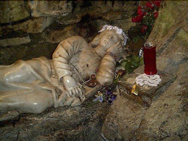 La statua di Rosalia all'interno della grotta a Santo Stefano di Quisquina