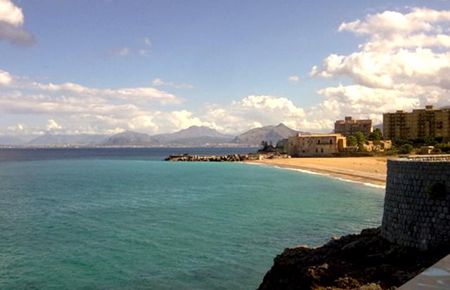 La spiaggia dell'Arenella nella frazione di Vergine Maria, a Palermo