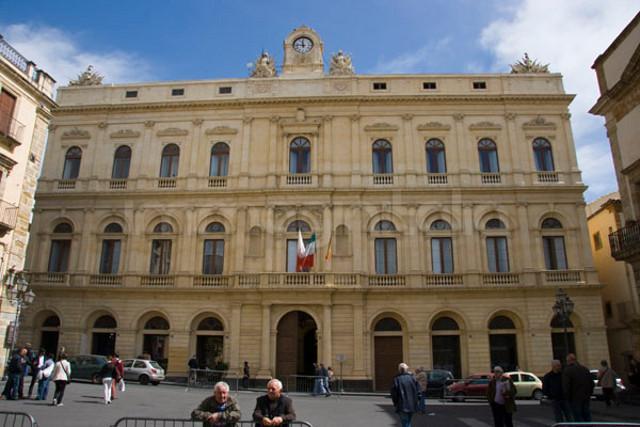 La grandiosa facciata del Palazzo comunale di Caltagirone
