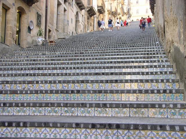 La Scala di Santa Maria del Monte di Caltagirone. 142 gradini in piatra lavica, decorati da formelle in maiolica calatina