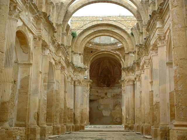 Gli archi sospesi nel vuoto dell'unica navata del Duomo normanno - Naro (AG)