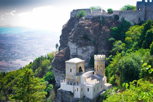 Veduta di Monte Erice con la torretta Pepoli