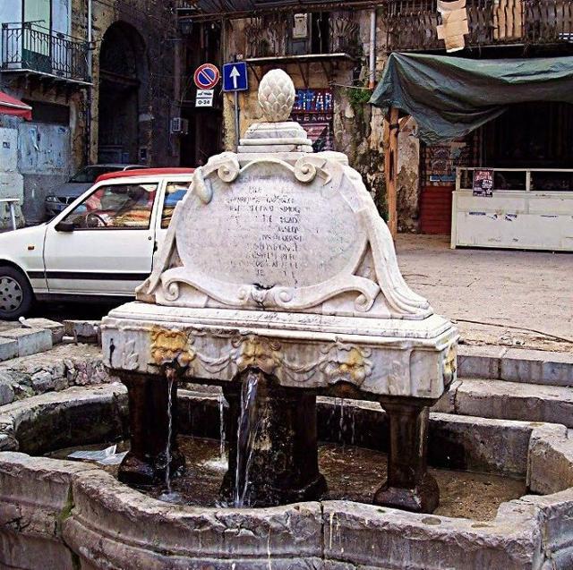 Fontana del Garraffello, adagiata nell'omonima piazza nel mandamento Castello a Mare a Palermo
