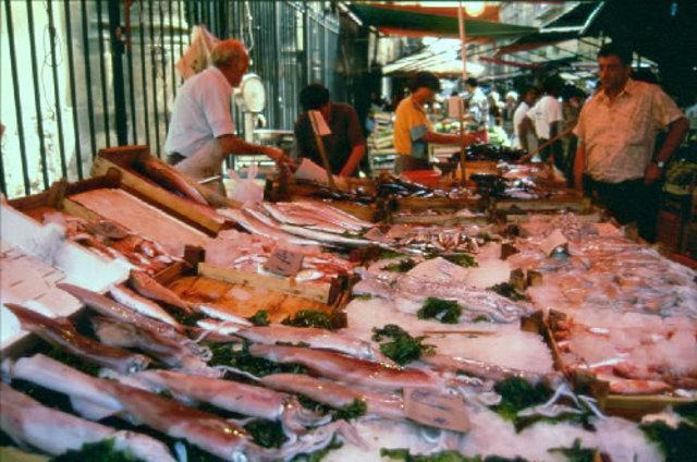 I banchi del pesce fresco la Mercato del Capo, a Palermo