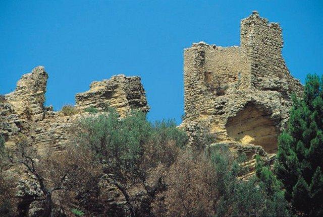 A circa 2 km da Naro, isolato su una rupe, sorge il Castellaccio