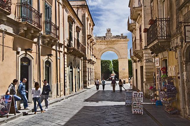 Porte Reale che apre Corso Vittorio Emanuele a Noto