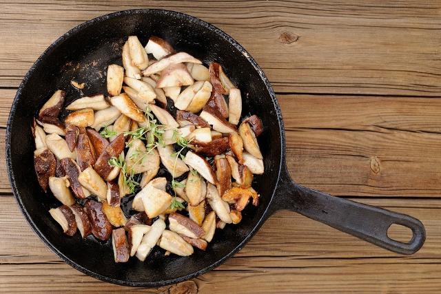 La cottura elimina, in molti casi, la maggior parte dei residui di tossicità e sono pochissimi i funghi adatti alle insalate a crudo...