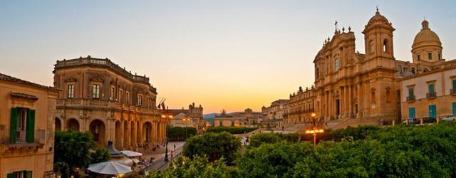 Una veduta laterale di Piazza Municipio con Palazzo Ducezio da una parte e la Cattedrale dall'altra - Noto