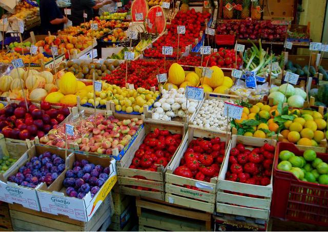 Un banco di Frutta e Verdura in un mercato di Palermo