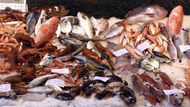 Un ricchissimo banco del pesce alla Fera o Luni di piazza Carlo Alberto a Catania