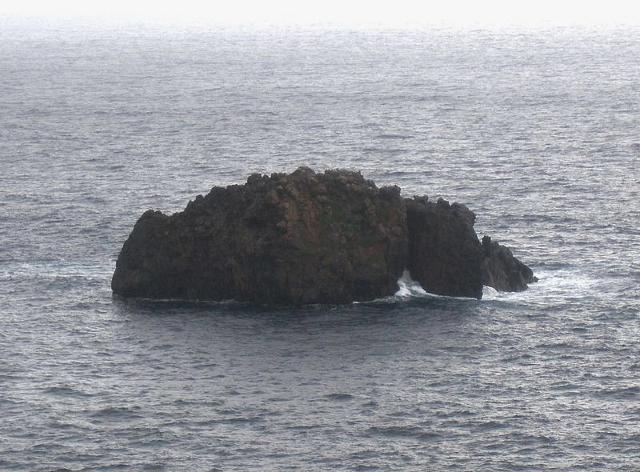 La Pietra del Bagno. Un grande scoglio che si trova a poche decine di metri dalla costa occidentale di Lipari