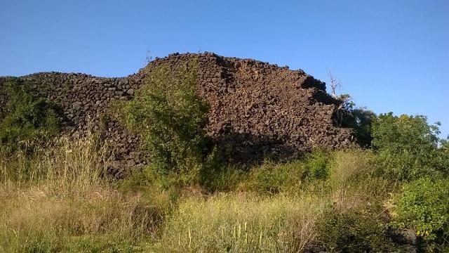 Una delle misteriose piramidi di pietra lavica nella zona etnea