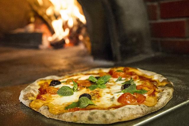 Una Pizza Pantesca appena uscita dal forno a legna