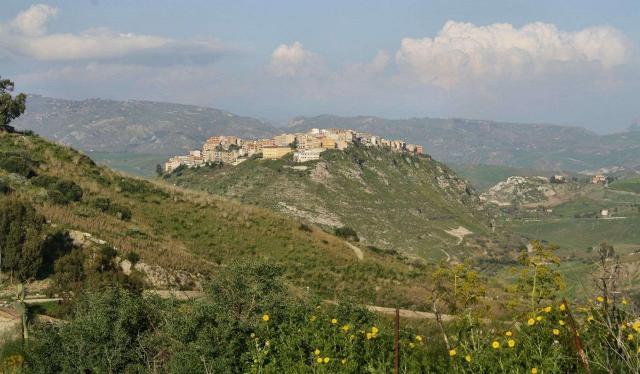 Panorama di Sant'Angelo Muxaro. Leggenda vuole addirittura che anticamente fosse l'antica Kamikos, la città del mitico re sicano Kokalos, che ospitò Dedalo fuggiasco da Creta e che qui fu assassinato il re cretese Minosse e sepolto in queste campagne.