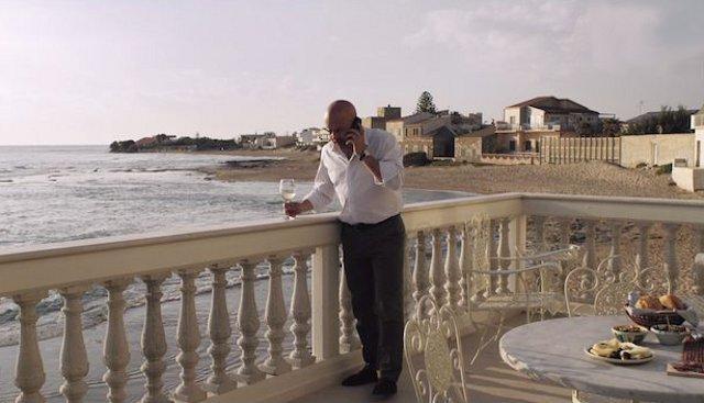 Il commissario Salvo Montalbano nella terrazza della sua casa, a Santa Croce Camerina