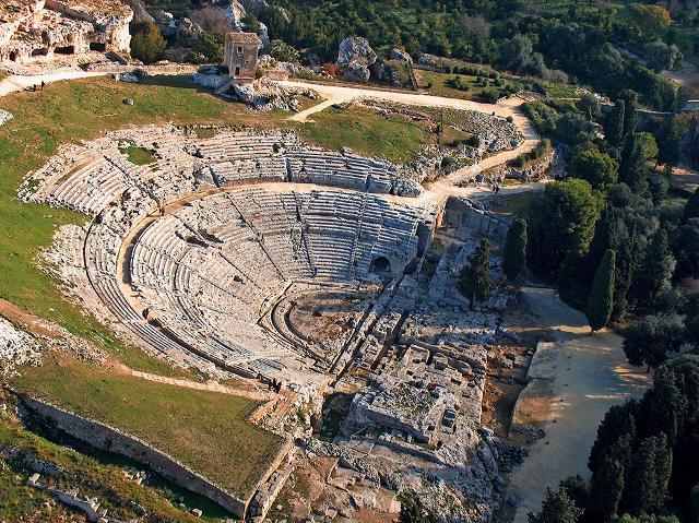 Una veduta dall'alto del teatro greco di Siracusa