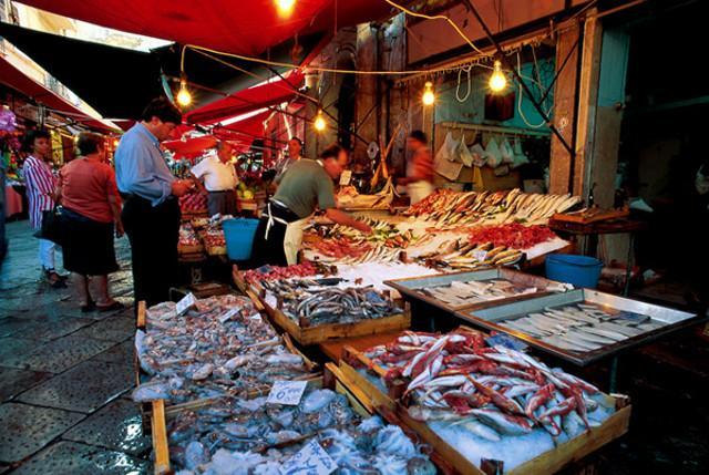 Il centro della Vucciria è Piazza Caracciolo, la piazza dei pescatori