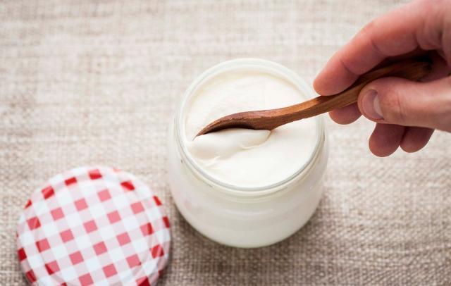 Un altro alimento da consumare per contrastare i sintomi influenzali è lo yogurt, alimento ricco di fermenti lattici che aiutano il tratto gastroenterico...