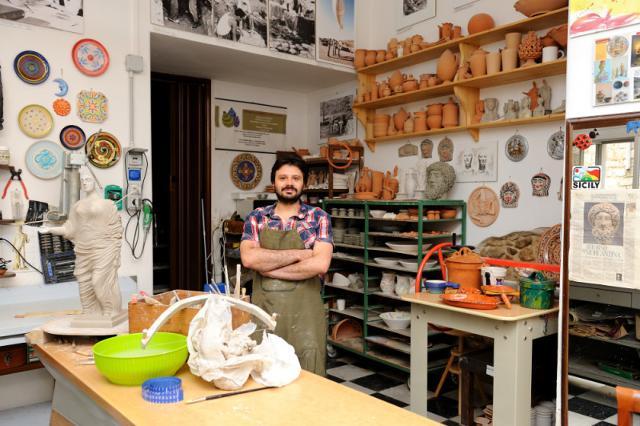 Lorenzo Camiolo nel suo laboratorio-bottega ad Aidone