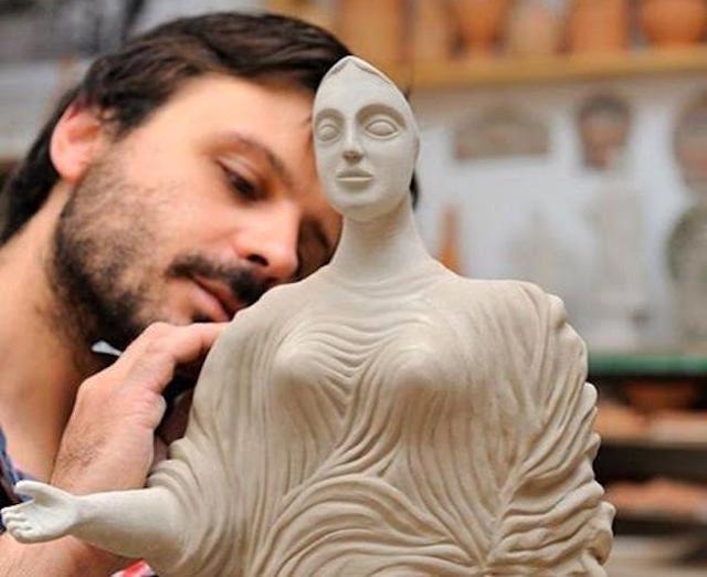 Lorenzo Camiolo mentre lavora una sua piccola Dea di Morgantina
