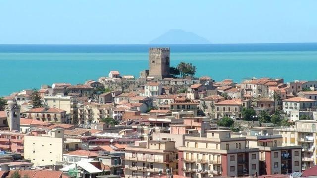 Panorama di Brolo e del suo castello