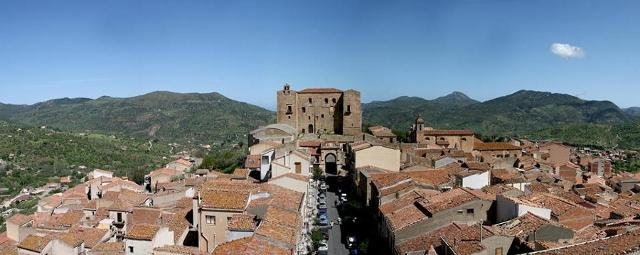 Veduta della via Sant'Anna e del castello - Castelbuono (PA)
