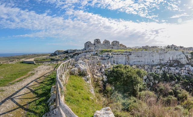 I resti del bastione del Castello di Eurialo