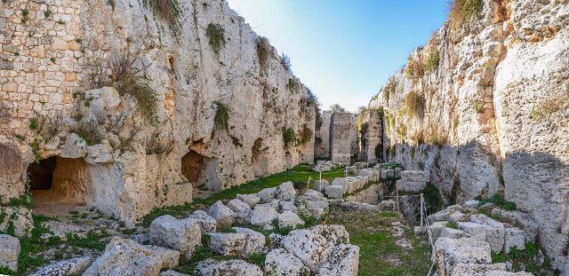Uno dei fossati del Castello di Eurialo