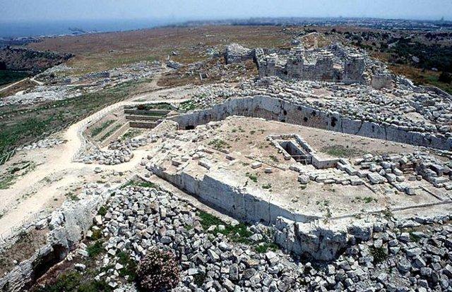 """Le rovine del Castello di Eurialo a Siracusa (dal greco Evrélos, """"a forma di chiodo"""") costruito da Dionisio il Vecchio nel 397 a.C., e ristrutturato in epoca bizantina."""
