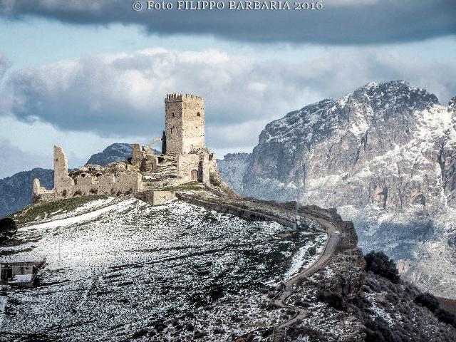 Il Castello di Cefalà Diana innevato - ph Filippo Barbaria