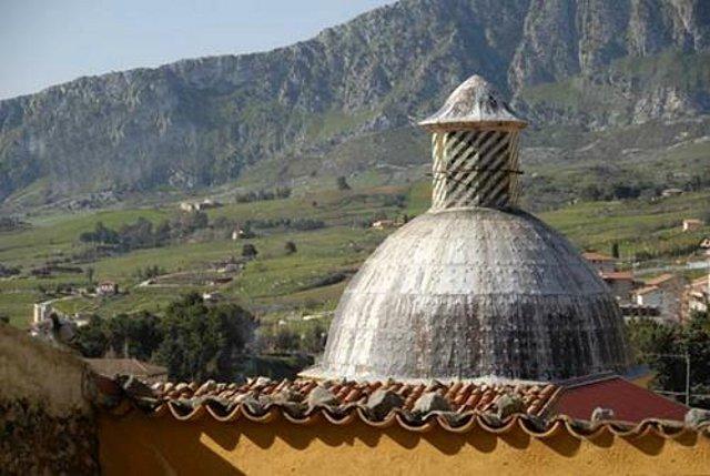 La cupola della chiesa rurale della SS. Madonna dell'Odigitri, ai piedi del monte Pizzuta, poco distante dal centro di Piana degli Albanesi