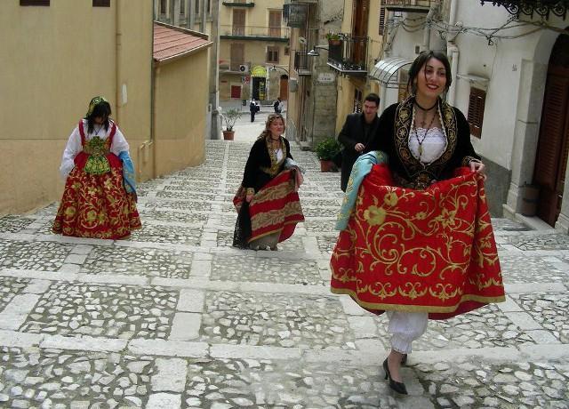 Donne nel costume tipico di Piana degli Albanesi