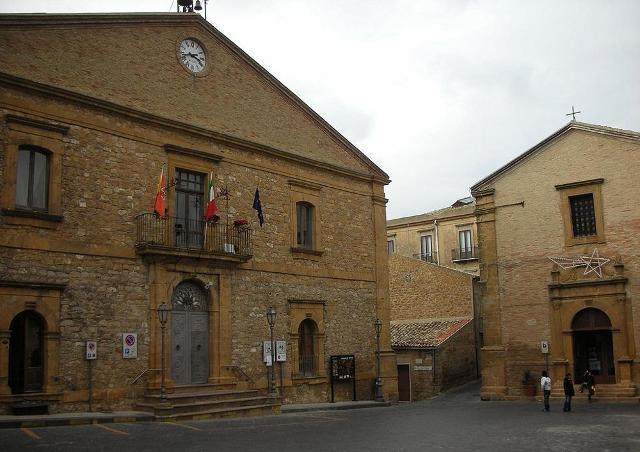 Il palazzo municipale di Aidone e la Chiesa di San Leone
