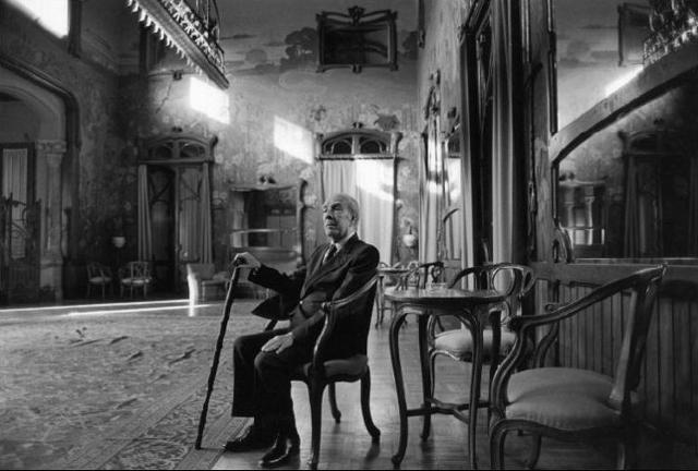 Lo scrittore argentino Jorge Luis Borges fotografato da Ferdinando Scianna nella Palermo siciliana