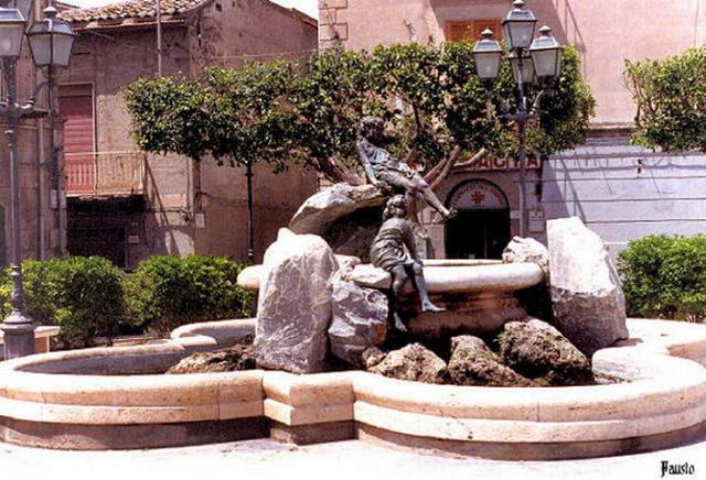 La 'Fontana delle fanciulle' in Piazzza Aldo Moro a Campobello di Licata
