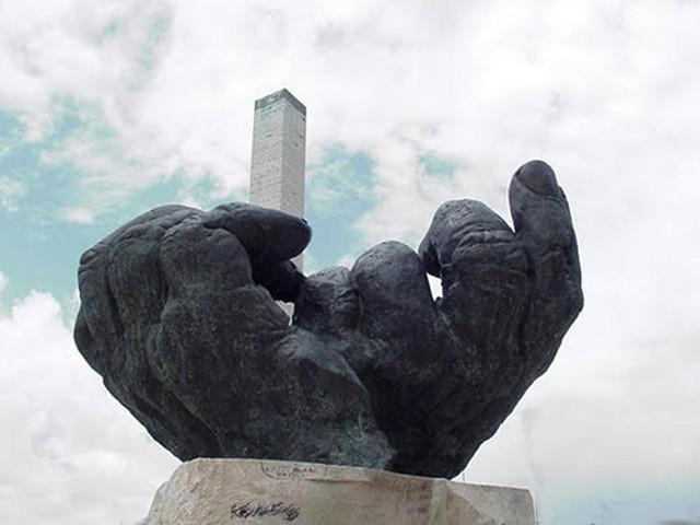 """Il monumento """"Le grandi mani"""" in Piazza Tien An Men - Campobello di Licata"""