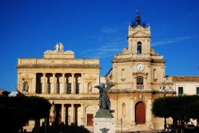 La Chiesa di Santa Maria delle Grazie e accanto il Teatro Vittoria Colonna