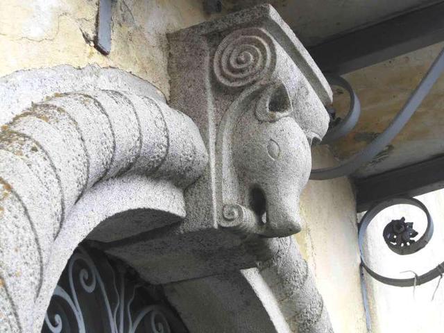 Uno stemma in pietra antica che raffigura un cinghiale  - Floresta