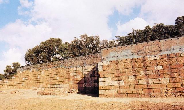 Le poderose mura vennero innalzate dal tiranno Timoleonte per proteggere Gela dagli attacchi esterni