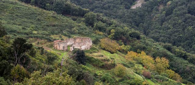 Ciò che resta dell'abbazia normanna di San Giorgio nel territorio di Gratteri