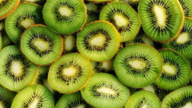 Il kiwi è ricco di vitamina C e ha un'elevata quantità di fibra alimentare...