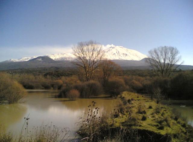 Il lago Gurrida. Sullo sfondo l'Etna - Randazzo (CT)