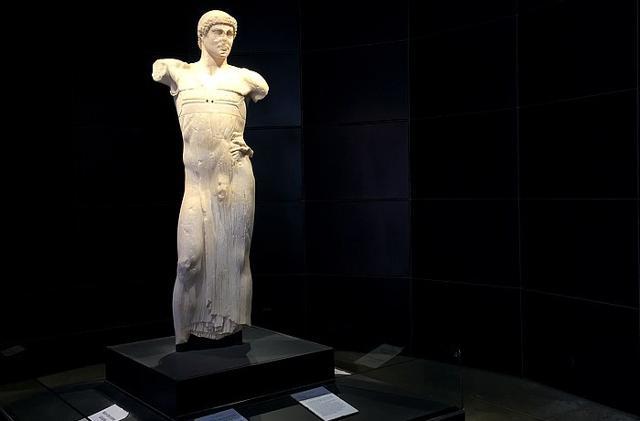 La statua del 'Giovinetto di Mothia' esposta nel Museo Whitaker nell'isola di Mozia (TP)