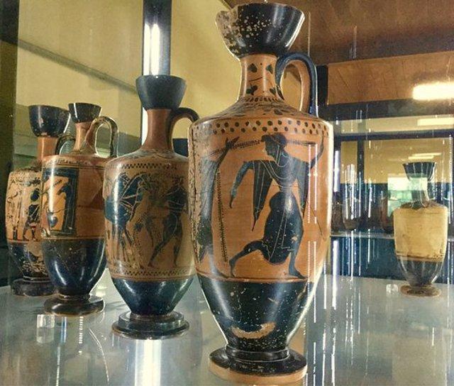 Vasi in pregevole ceramica nera e rossa conservati nel Museo Archeologico Regionale di Gela
