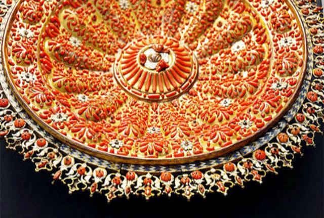 Un piatto riccamente decorato con il corallo, esposto al Museo Regionale Pepoli di Trapani