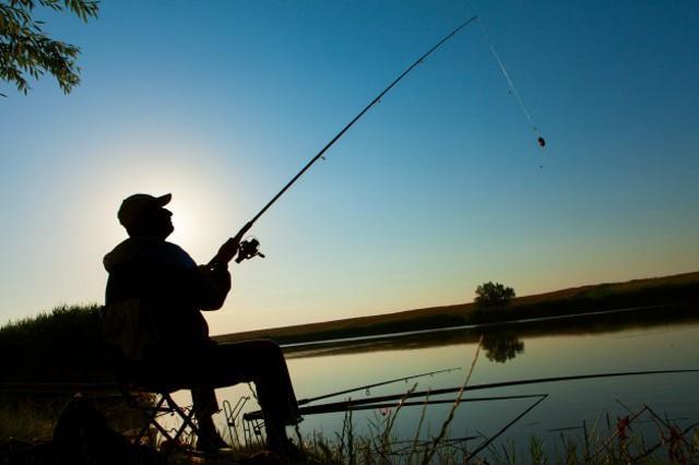 Un pescatore sulla riva del lago Santa Rosalia