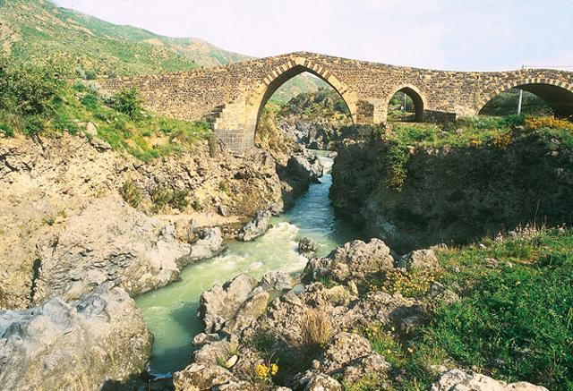 Il Ponte dei Saraceni, appena fuori dall'abitato di Adrano