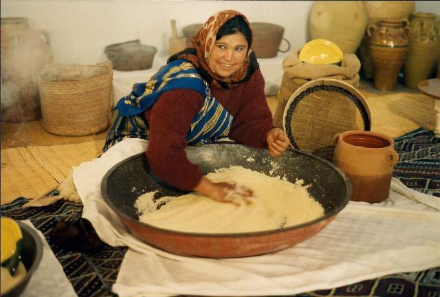 Il couscous, enomemente diffuso nel Maghreb e in tutto il mondo arabo come da noi la pasta, è profondamene legato alle tradizioni, religiose e conviviali di questi popoli.