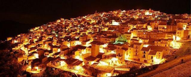 Panorama notturno di Prizzi