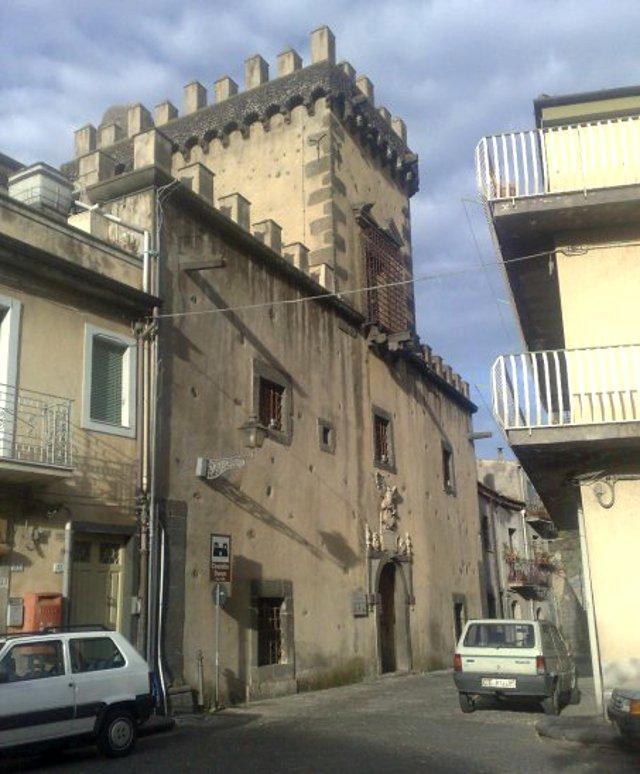 Il Castello Svevo di Randazzo è sede del Museo delle Arti Contadine e del Museo Archeologico Paolo Vagliasindi